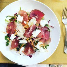 """""""Mi piace"""": 85, commenti: 1 - @lallegra_damapapira su Instagram: """"Pranzetti: veloci, rapidi, perfetti. Questa è l'insalata del giorno: con bresaola e ricotta.  E…"""""""