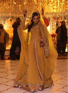 Fawad Khan's sister at her Mehndi Bridal Mehndi Dresses, Nikkah Dress, Shadi Dresses, Bridal Outfits, Asian Wedding Dress Pakistani, Simple Pakistani Dresses, Indian Dresses, Pakistani Outfits, Mehendi Outfits