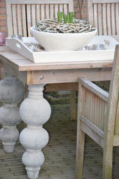 tafel-idee voor buiten, barok beton poten met tafelblad van pallethout