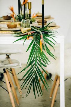 Tropical Wedding Runner With Palm Leaves And Flowers For A Modern Wedding – Wedding Centerpieces Table Decoration Wedding, Decoration Evenementielle, Wedding Table, Table Decorations, Fall Wedding, Exotic Wedding, Church Wedding, Elegant Wedding, Wedding Ceremony