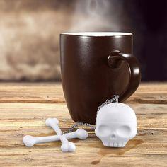Iście piracka zaparzaczka do herbaty. Połączenie czaszki ze skrzyżowanymi…