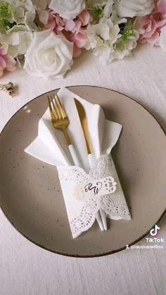 Fancy Napkin Folding, Folding Napkins, Paper Napkins, Paper Flowers Craft, Paper Crafts, Food Decoration, Table Decorations, Diy Home Crafts, Diy For Kids