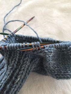 Hjemmelaget: Sokker med gammaldags hælfelling. ( oppskrift) Knitting Projects, Knitting Socks, Fingerless Gloves, Arm Warmers, Diy And Crafts, Crochet, Pattern, Threading, Breien