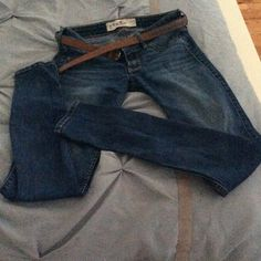 """HollisterJeans ⭐Perfect condition and comes with a FREE belt!⭐ Size 1 (25 waist, 29 length) I'm almost 5'4"""" tall. Would be great with a pair of boots  PRICE FIRM! BUNDLE AND SAVE<3 Gently worn and look/feel brand new Hollister Pants"""