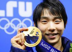 フィギュアスケート男子の金メダルを手に笑顔を見せる羽生(共同)