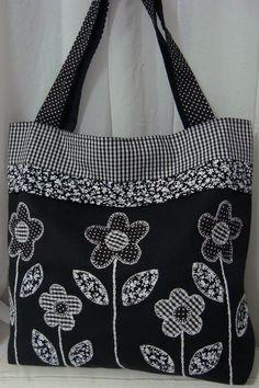 Casa Charme Ateliê: Two models of the patchwork bag for . Casa Charme Ateliê: Two models of the patchwork bag to choose from. Denim Tote Bags, Quilted Tote Bags, Patchwork Bags, Patchwork Quilting, Handmade Handbags, Handmade Bags, Diy Sac, Bag Patterns To Sew, Fabric Bags