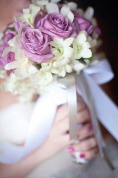 Brautstrauss aus zart lila Rosen und weissen Fresien