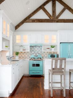Beach House Kitchens - Coastal Style Decor & Design - Inspiration for your beach style kitchen #beachhouse #beachhousekitchen #coastalkitchen #coastalstyle #beachstyle #homedesign