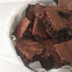 Brownies – Las aventuras del niño lechuga Think Food, I Love Food, Good Food, Yummy Food, Brownies Decorados, Food Porn, Cute Desserts, Food Goals, Cafe Food