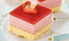 Erdbeerblech Rezept: Biskuit mit fruchtiger Erdbeercreme und Erdbeerspiegel - Eins von vielen köstlichen gelingsicheren Rezepten von Dr. Oetker!