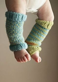 baby leg warmers if we ever have a second bebe I'll need you to make these Farrell Orlowski Knitting For Kids, Loom Knitting, Knitting Projects, Baby Knitting, Crochet Baby, Knit Crochet, Häkelanleitung Baby, Baby Kids, Baby Leg Warmers
