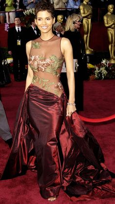 Halle Berry wore one of the most iconic dresses in Oscars history when she arrived in an Elie Saab gown to the 2002 Academy Awards. Create the look for your Best Oscar Dresses, Oscar Gowns, Iconic Dresses, Nice Dresses, Stylish Dresses, Elie Saab Couture, Robes Elie Saab, Elie Saab Dresses, Halle Berry Oscar