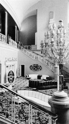 """El elegante vestíbulo del cine Ópera, decorado por el escenógrafo Manuel Fontanals, en una fotografía que nos permite dar un vistazo a su época de esplendor. Esta emblemática sala, ubicada en la calle de Serapio Rendón, fue inaugurada en 1949 y cayó en el abandono en la década de los noventa. Imagen del libro """"La república de los cines"""""""