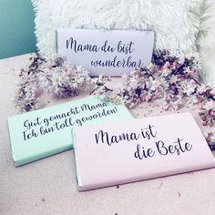 Wer ein superschnelles DIY Geschenk zum Muttertag braucht, findet auf dem Blog Druckvorlagen für diese Schokoladentafel Wickel.  Für die Papis: Ist übrigens auch ein super DIY für Kinder, die die Wickel noch anmalen und gestalten können 🙃 Dann kommt noch etwas mehr Schwung drauf 😉 . . . #muttertagsgeschenkidee #muttertagsgeschenk #bastelnzummuttertag #bastelnmitkindern #muttertagsdiy #diymuttertagsgeschenk #diymuttertag #bastelnfürmama Place Cards, Place Card Holders, Moment, Washi Tape, Blog, Life, Milky Bar Chocolate, Instagram Posts, Colored Paper