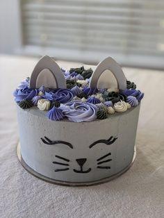 Birthday cake for a cat lover ! Birthday Cake For Cat, Animal Birthday Cakes, Pretty Birthday Cakes, Themed Birthday Cakes, Themed Cakes, Birthday Ideas, Cake Original, Kitten Cake, Girl Cakes