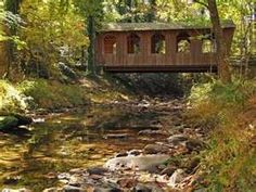 Imagine living in a covered bridge Love Bridge, Small Bridge, Over The Bridge, Over The River, Great Places, Beautiful Places, Beautiful Buildings, Old Bridges, Old Barns