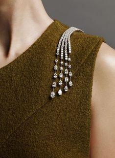 #diamantebroochesfordresses #GoldJewelleryPhotography
