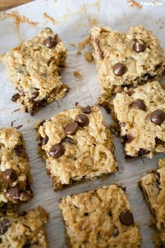 Healthier Oatmeal Peanut Butter Chocolate Chip Breakfast Bars Everything you need for breakfast: oats, peanut butter and a little bit of chocolate! These Healthier Oatmeal Peanut Butter Chocolate Chip Breakfast Bars are low in sugar and so filling! Healthy Dessert Recipes, Healthy Baking, Healthy Desserts, Gourmet Recipes, Baking Recipes, Eat Healthy, Flourless Desserts, Healthy Meals, Healthy Protein Snacks