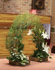 Choosing The Flower Arrangements For Church Wedding Types Of Flower Arrangement, Easter Flower Arrangements, Ikebana Flower Arrangement, Beautiful Flower Arrangements, Floral Arrangements, Beautiful Flowers, Altar Flowers, Church Flowers, Altar Decorations
