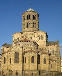Église Saint-Austremoine d'Issoire On peut apercevoir ls chapelles absidiales ainsi que la hauteur caractéristiques décoratives sobres d l'époque romane.