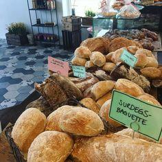 Veckans bästa dag är här! Vi har butiken fylld med godsaker inför fredagen allt ifrån bröd till goda bakverk  varmt välkomna öppet till 18! #sockermajas #livingthedream #torslanda #göteborg #trevlighelg
