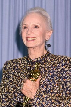 In 1990 at the age of Jessica Tandy became the oldest winner of the Academy Award for Best Actress for her role in DRIVING MISS DAISY! Academy Award Winners, Oscar Winners, Academy Awards, Oscars, Jessica Tandy, Driving Miss Daisy, Best Actress Oscar, Nostalgia, Oscar Gowns