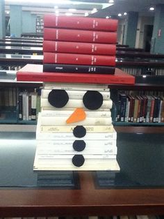 Here's a cute snowman face make out of books. It is a perfect winter library display. School Library Displays, Middle School Libraries, Library Themes, Library Activities, Elementary Library, Library Ideas, Library Decorations, Teen Library, Noel Christmas