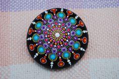 NIEUWE collectie 2016.-grote Mandala steen, hand geschilderde kiezels. Een zeer unieke steen in uw collectie.  Mooie schittert in de zon. Kan worden gebruikt voor decor of kunst projecten. Ze kunnen ook worden gebruikt voor zoveel andere dingen, servet gewicht, geschenken, ambachten, kruid tuin tekenen, tekenen van de tuin bloem/groente, of gebruikt in een decoratieve rock display of stapelen regeling. Perfect om te geven als een geschenk voor iemand speciaal of uniek decor voor thuis of op…