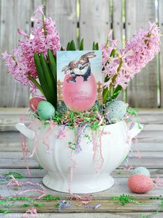 Easy 5-Minute EasterCenterpiece | ©homeiswheretheboatis.net Branch Centerpieces, Simple Centerpieces, Easter Centerpiece, Easter Decor, Easter Gift, Easter Monday, Spring Flowering Bulbs, Easter Crafts For Kids, Easter Ideas
