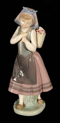 LLARDO PORCELAIN FIGURE OF A DUTCH GIRL. SHE IS CARRING : Lot 17