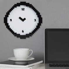 Une véritable horloge pixel de 30 cm de diamètre noire et blanche semblant tout droit sortie de votre ordinateur !