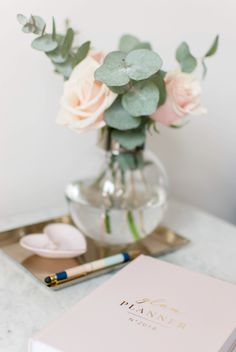 Coffee table styling, roses, eucaliptus, planner 2018