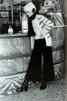 A model wearing Sonia Rykiel ensemble by Helmut Newton for Vogue, August 1972 White Fashion, 70s Fashion, Vintage Fashion, Fashion Rocks, Fashion Magazines, Fashion History, Vintage Style, Helmut Newton, Newton Photo