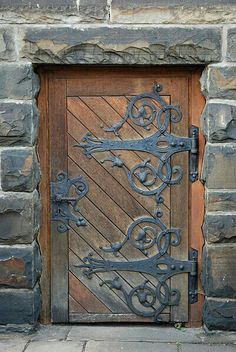 32 The Best Rustic Doors Design Ideas Match With Farmhouse Style - Certain homes are able to include certain types of doors. Rustic doors are definitely the type that requires a specific house in order to match up pro. Knobs And Knockers, Door Knobs, Door Handles, Cool Doors, Unique Doors, Rustic Doors, Wooden Doors, Entrance Doors, Doorway