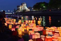 No obstante, el del 'Gembaku Domu' no ha sido el único acto relacionado con el 70 aniversario de la tragedia. Desde la pasada noche, los alrededores del Parque de la Paz han acogido diferentes muestras de respeto por la tragedia que ocurrió aquel día de 1945. Entre ellas, la del río Motoyasu, donde decenas de linternas de papel iluminaron los alrededores del Parque de la Paz de Hiroshima en el inicio de los actos conmemorativos.