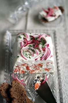 Savory and silky smooth salmon mousse cake with pickled onions and rye bread - a true Scandinavian Christmas treat. (in Finnish) Fish Recipes, Seafood Recipes, Snack Recipes, Cake Sandwich, Scandinavian Food, Good Food, Yummy Food, Xmas Food, Mousse Cake