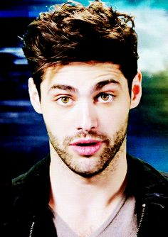 Wait I thought Alec was supposed too have blue eyes.what ever he plays his character so well. Matthew Daddario, Alec Lightwood, Shadowhunter Alec, Keanu Reaves, Camila Morrone, Shadowhunters Tv Show, Malec, Shadow Hunters, Cassandra Clare