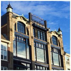 Look up! #DenHaag has a lot of nice old buildigs, this one is one of my favorites. The golden sign says Haagsche Bluf, you'll find this beauty at Dagelijkse Groenmarkt 25 - 26 in the city center. Architect  De Wolf designed it in 1906 and the facade is still in great shape. The building housed Modehuis Schröder for years, now Grandcafe Haagsche Bluf resides here.