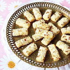 En spröd liten munsbit med pärlsocker och mandel. Candy Cookies, No Bake Cookies, Swedish Cookies, Hot Cocoa Recipe, Swedish Recipes, Baked Goods, Sweet Tooth, Sweet Treats, Sweets