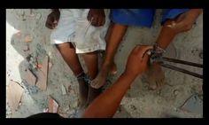 DE OLHO 24HORAS: Crianças são libertadas após serem acorrentadas pe...