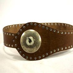 This belt is handcrafted in cowhide with the best quality. Decorate with tin-tack and a metal pieced handmade by our craftsman /// Este cinturón está elaborado q mano en piel de vacuno con una calidad inmejorable. Destaca su extremo adornado con tachuelas y una pieza de metal echa a mano por nuestros artesanos. #handmade #craftsman #cowhide #leather #quality #trendy #fashion #women #hechoamano #cuero #cinturoncuero #calidad #moda #mujer #modamujer #urika #1995 by urika95
