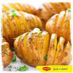 Už jste zkoušeli tyhle pečené brambory? Stačí je nařezat, ochutit, pokapat olivovým olejem a dát do trouby na 190 stupňů na 45 minut až hodinu. Vypadají skvěle, chutnají skvěle a nejlepší je, že je pokaždé můžete ochutit jinak (například šunkou a sýrem). U nás to tentokrát bylo koření Vegga a čerstvé bylinky. Skvělé jsou k masu, pečené zelenině i samotné s trochou zakysané smetany