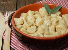 Gnocchi di pane con burro e salvia