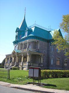 À Château-Richer, sur la Côte de Beaupré, près de Québec.  Situé sur l'Avenue Royale emprunté par le Général de Gaulle lors de sa visite au Québec en 1967