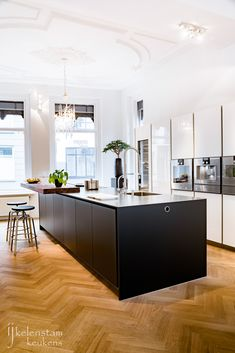Poggenpohl kitchen, Ijkelenstam keukens, showroom, Gorinchem, ornamenten plafond… – Ideas for the House Modern Kitchen Interiors, Elegant Kitchens, American Kitchen, Traditional Doors, Modern Spaces, Living Room Kitchen, White Cabinets, Home Kitchens, Kitchen Remodel