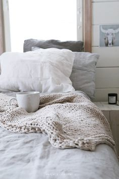 I have come to the conclusion that cableknit blankets look like the most amazing things ever.