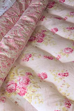 Rose Garland Paisley Double Eiderdown (astb292) Wwithout doubt, one of the prettiest vintage eiderdowns to grace the Vintage Home shop! In fact, not only is it a double in size, it is also fully reversible with a choice of two beautiful designs to display. One side has a delightful pink + paisley pattern, the other side has a much rarer + utterly divine pattern of rose garlands + rose clusters against a delicate soft pink background.