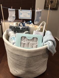 Geschenke zur Geburt Baby Shower Laundry Basket Baby Diy Baby Shower Laundry Basket Find the perfect Baby Shower Gift Basket, Baby Shower Presents, Baby Baskets, Baby Shower Gifts For Boys, Baby Boy Gifts, Laundry Basket, Baby Boy Shower, Basket Gift, Gift For Baby Girl