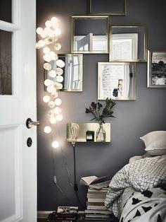 Une chambre avec une accumulation de miroirs pour plus de luminosité
