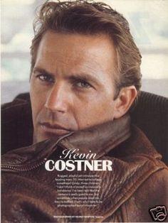 Kevin Costner ... amor amor le aman.  Especialmente en Bailando con lobos.  Una de mis películas favoritas.: